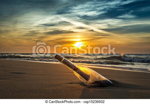 Alte Botschaft in einer Flasche an der Küste - csp15236932