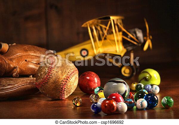Alter Baseball und Handschuh mit antiken Spielzeugen - csp1696692