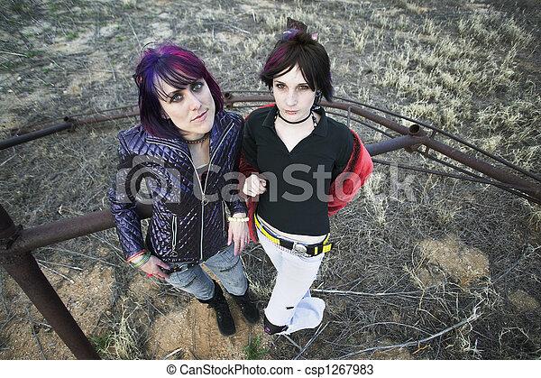 Anti-fashion-mädchen. Zwei punk-mädchen posieren in einem