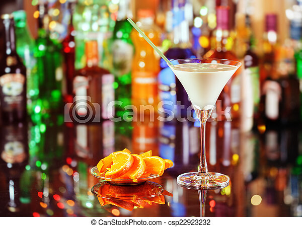 Cocktail orgasmus auf der bar auf dem verschwommenen