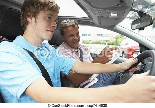 Der Teenager macht eine Fahrstunde - csp7414830