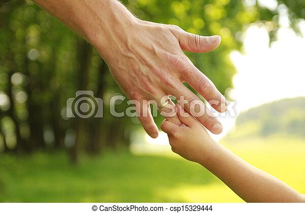 Die Hand der Eltern und des Kindes in der Natur - csp15329444