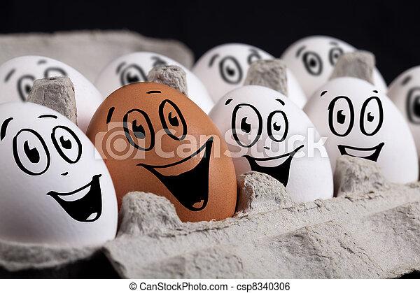 Glückliche eier mit smiley-gesichten in eierschale. | CanStock