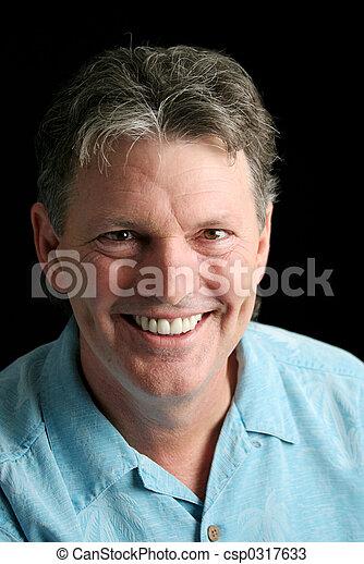 Ein erwachsener Mann lächelt - csp0317633
