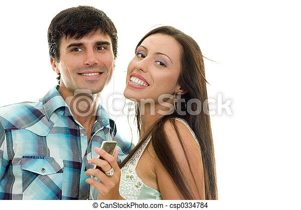 Ein lächelndes Paar, das gemeinsam Musik genießt. - csp0334784