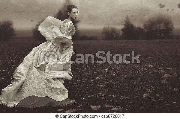 Eine Frau über die Natur laufen, schwarz auf weiß - csp6726017