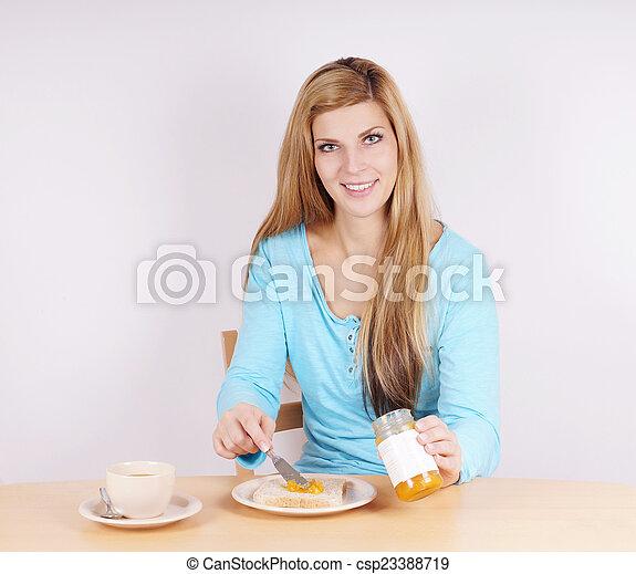 Eine Frau, die Frühstück isst. - csp23388719