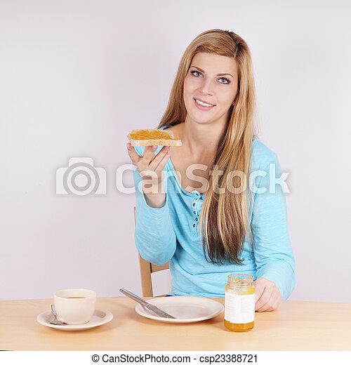 Eine Frau, die Frühstück isst. - csp23388721
