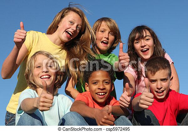 Eine Gruppe verschiedener Rassenkinder - csp5972495