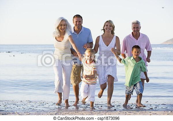 Erweiterte Familie am Strand - csp1873096