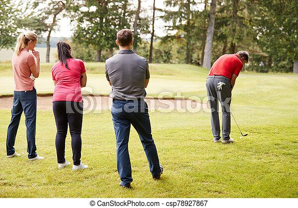 fahrrinne, demonstrieren, golfspieler, lektion, während, golfen, gruppe schuß, professionell - csp78927867