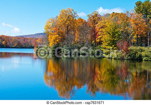 Fallfoliage reflektiert auf der Oberfläche des Preissees, Blauer Bergkammpark - csp7631671