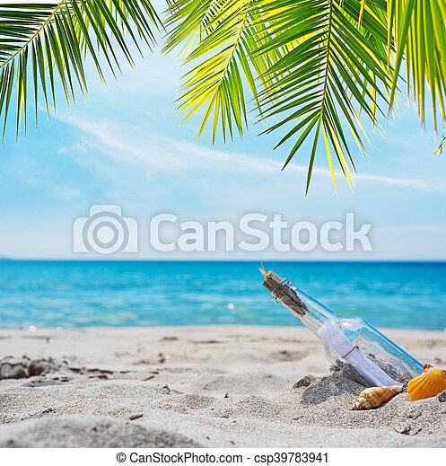 Flaschen mit Nachricht an einem tropischen Strand. - csp39783941