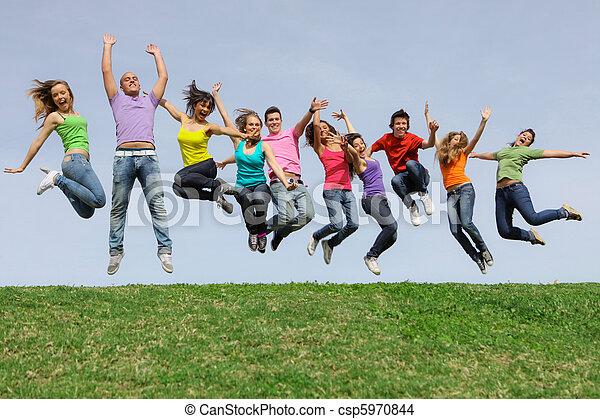 Fröhliche, lächelnde, gemischte Rassengruppe - csp5970844