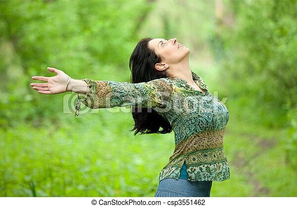 Frauen atmen in der Natur - csp3551462