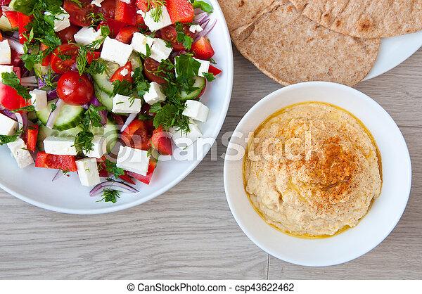 Frisch gemachter griechischer Salat - csp43622462