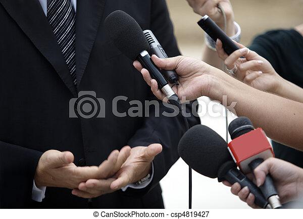 Geschäftsbesprechung mit Konferenzjournalismus Mikrofonen - csp4819427