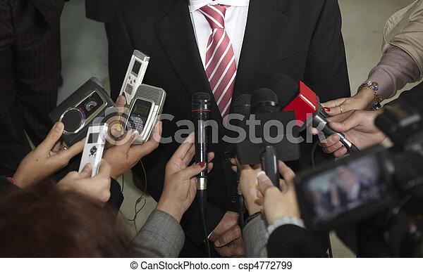 Geschäftsbesprechung mit Konferenzjournalismus Mikrofonen - csp4772799