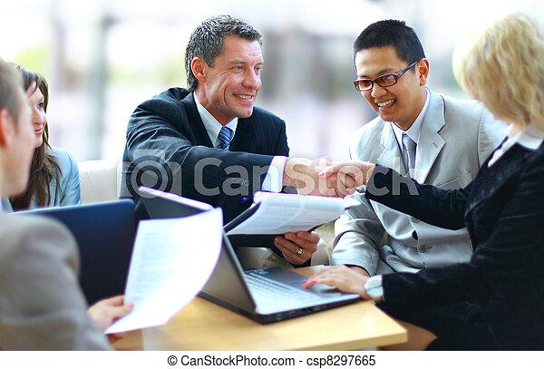 Geschäftsleute schütteln sich die Hände, beenden ein Meeting - csp8297665