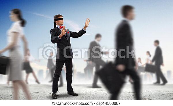 Geschäftsmänner mit verbundenen Augen unter Menschengruppen - csp14508887