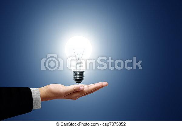 Glühbirne im Handgeschäft - csp7375052