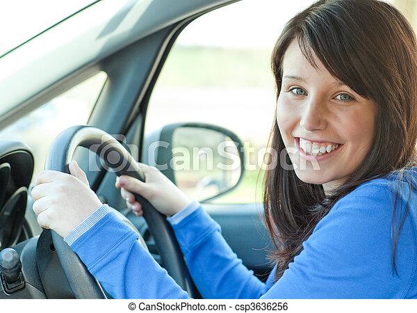 Hübsche Frau fährt ihr Auto - csp3636256