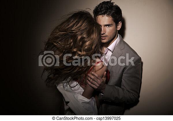 Hübscher Kerl mit seiner sinnlichen Freundin - csp13997025