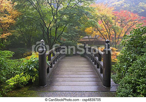 Holzbrücke im japanischen Garten im Herbst - csp4839705