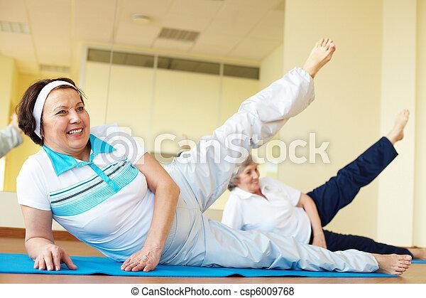 Im Fitnessstudio - csp6009768