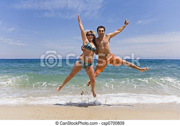 Junge Männer springen auf See - csp0700809