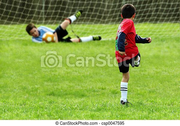 Jungs spielen Fußball - csp0047595