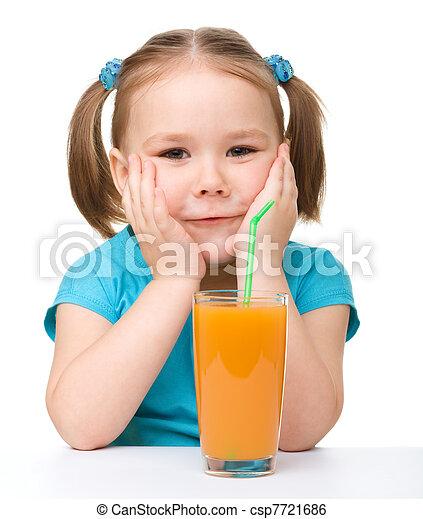 Das kleine Mädchen trinkt Orangensaft - csp7721686