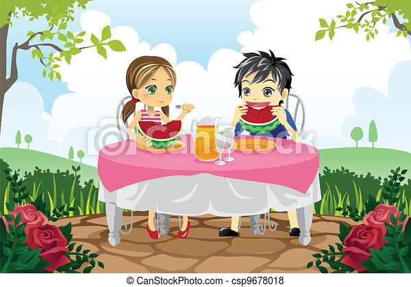 Kinder essen Wassermelone im Park - csp9678018