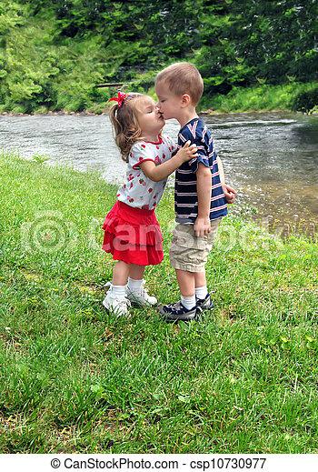 Ein geschwisterkuss. Bruder und schwester küssen sich
