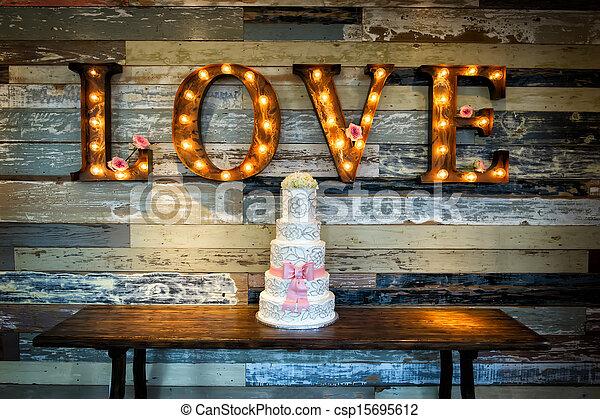Hochzeitstorte mit Liebe - csp15695612