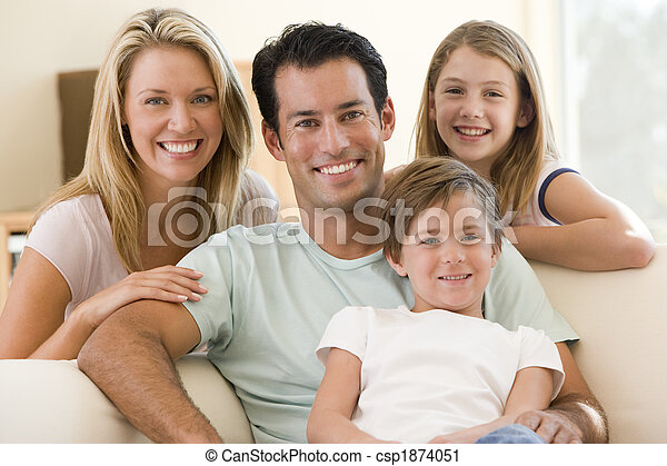 Die Familie sitzt im Wohnzimmer und lächelt - csp1874051