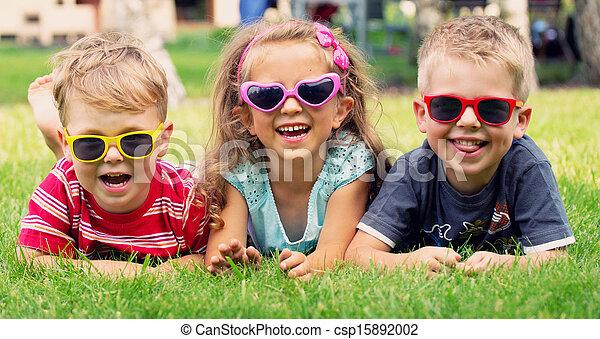 Lustiges Bild von drei spielenden Kindern - csp15892002
