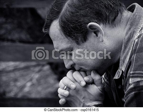Mann betet. - csp0161415