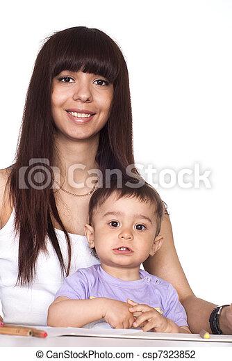 Mom und sohn am tisch. Süße mutter mit sohn, die am tisch