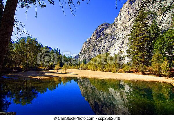 Naturlandschaft mit Wasser und Bergen - csp2562048