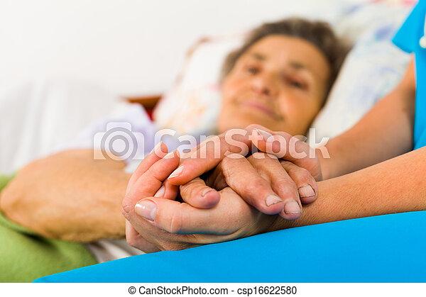Pflegeschwester hält Händchen - csp16622580
