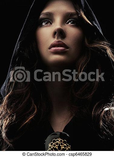 Porträt einer jungen Frau mit Kapuze - csp6465829