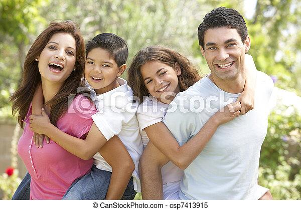 Portrait der glücklichen Familie im Park - csp7413915