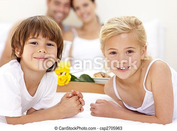 Zwei Kinder im Bett stockfoto. Bild von zusammen, junge