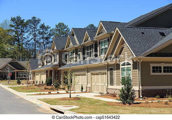 Eine Reihe neuer Stadthäuser - csp51643422
