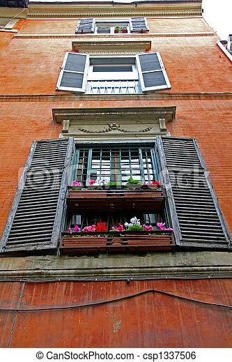 Reihe von Holzfenstern, Rommé - csp1337506