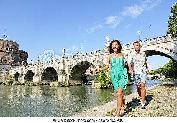 Romantische Paar Touristen in Rom - csp72403986