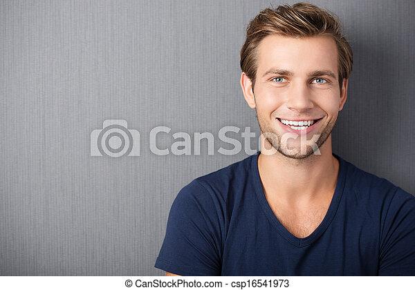 Schön lächelnder junger Mann. - csp16541973