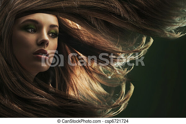 Schöne Frau mit langen braunen Haaren - csp6721724