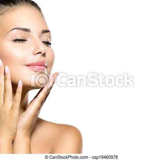 Schönheitskur-Frauenporträt. Schönes Mädchen, das ihr Gesicht berührt - csp19460978